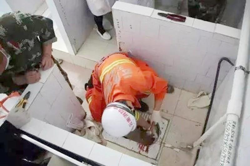Вытащить кроху подручными средствами у спасателей не получилось, а время поджимало. Пожарным пришлос