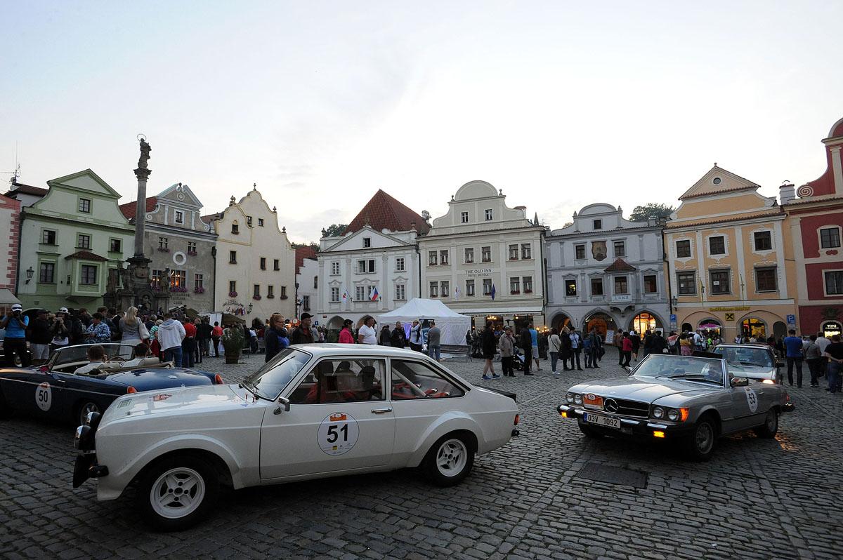 40. Ну и под занавес нашего путешествия в Крумлов мы увидели парад ретроавтомобилей.