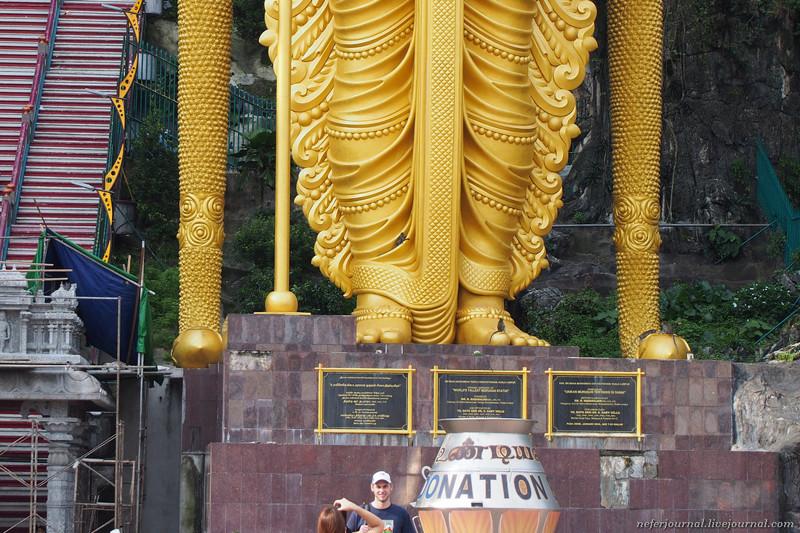 Присмотритесь, по статуе лазают обезьяны. Они там везде!