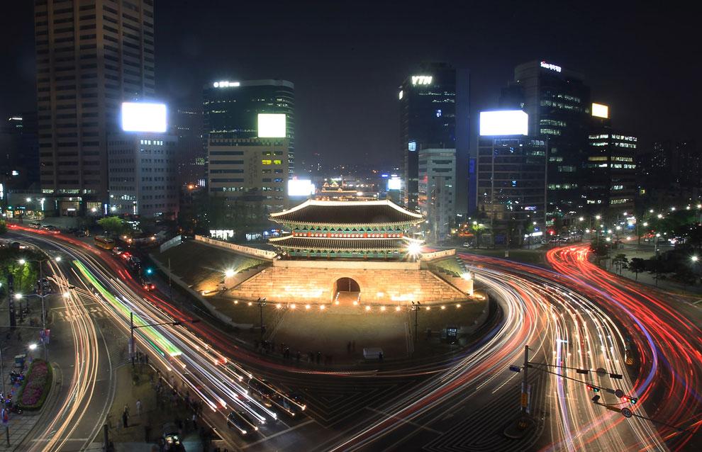 Хотя Сеул занимает всего 0.6% территории Республики Корея, город производит 21% ВВП страны. 16