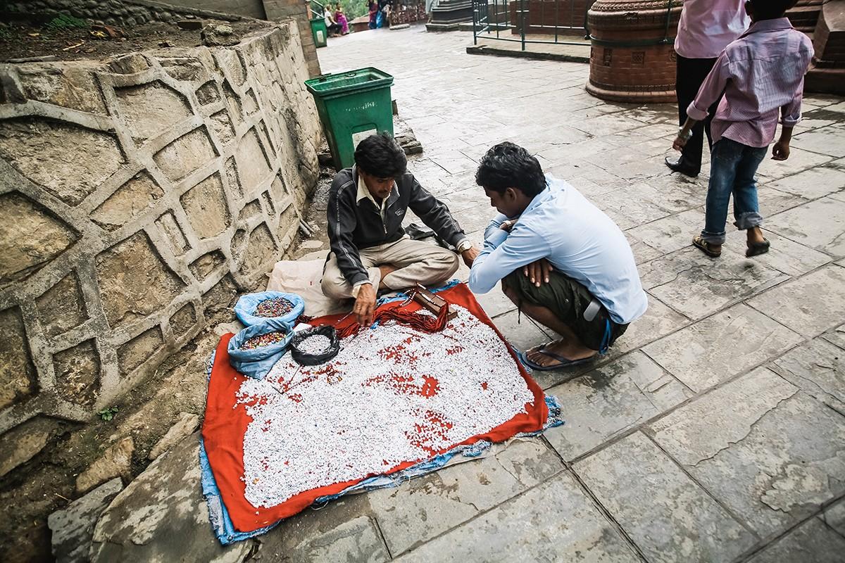34. Возле ступы можно приобрести различные сувениры и необходимые для буддийской практики предметы.