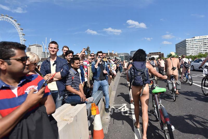 Британцы ударили голым велопробегом по засилью автомобилей