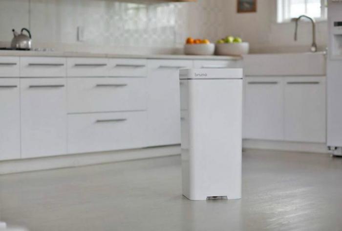 «Умный» контейнер для мусора Bruno. Стильный и компактный мусорный контейнер, оборудованный пылесосо