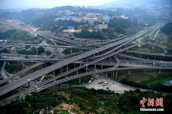 В Китае открыли многоуровневую эстакаду, один вид которой приводит в ужас даже опытных водителей (5 фото)