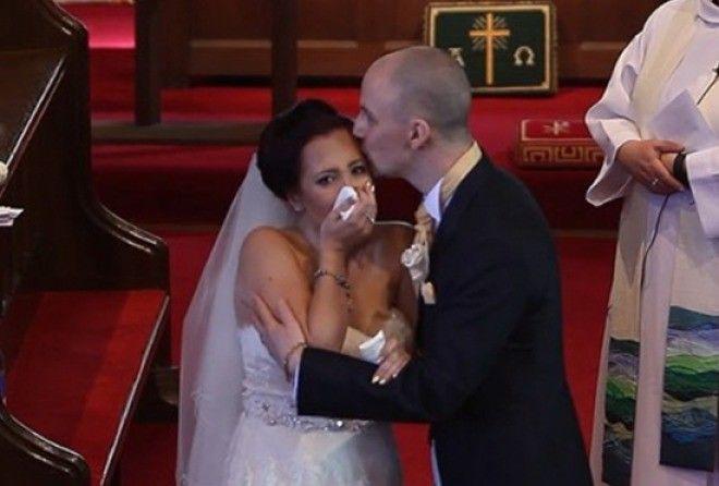 Вместо произнесения клятвы, жених решил шокировать свою невесту (2 фото)