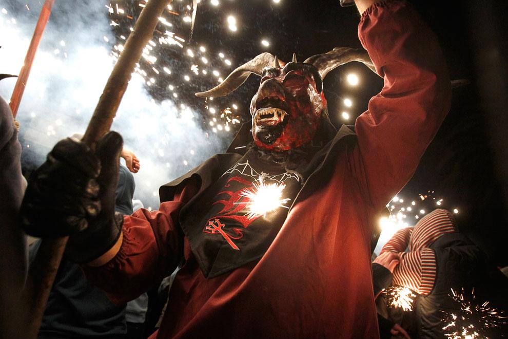В Китае во время Китайского Нового года маски пользуются особой популярностью, Пекин, 11 феврал