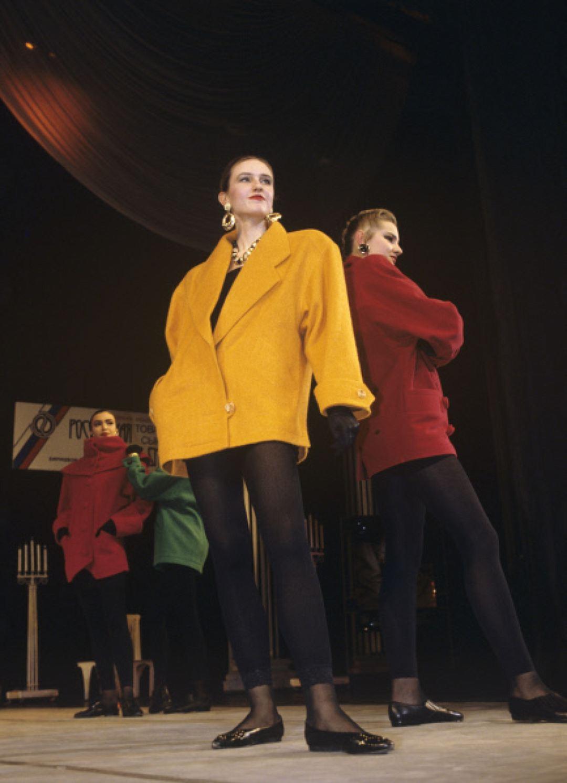 Манекенщицы во время шоу-программы модельера Вячеслава Зайцева, 1992 год. Прозрачные колготки тоже б