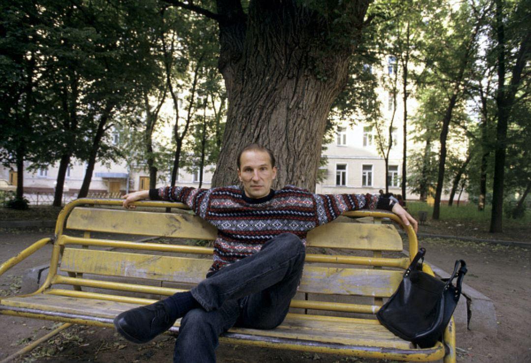 Бывший вокалист рок-группы «Звуки Му» Петр Мамонов в модном свитере, 1991 год. Одежда с подплечникам