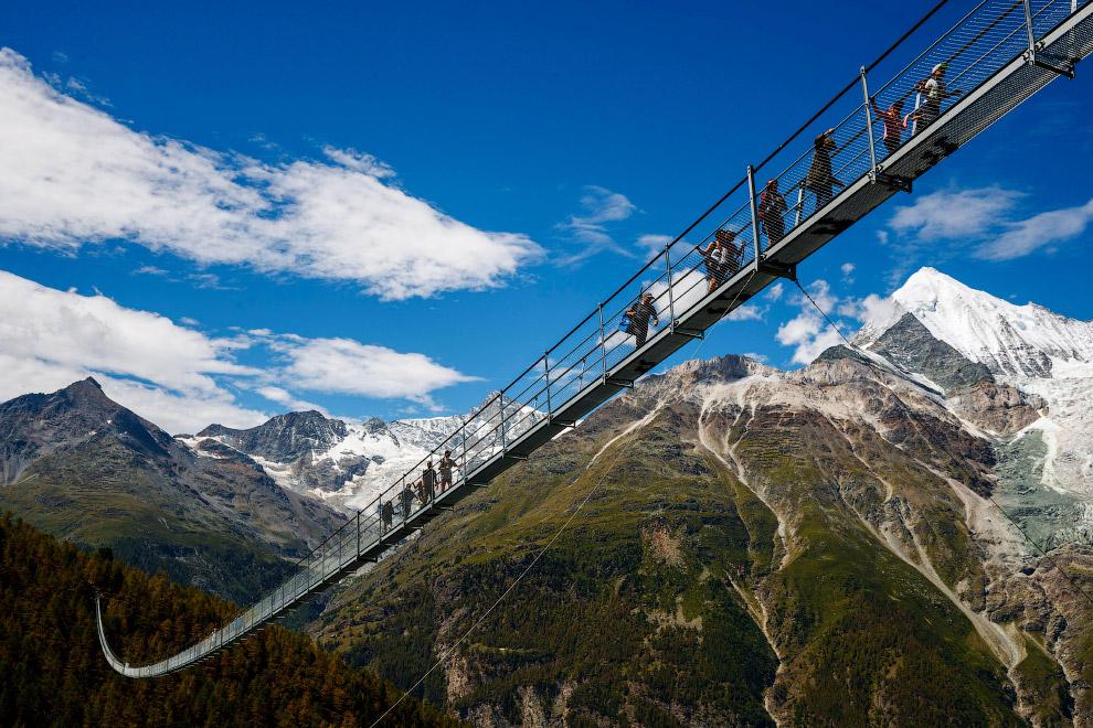 4. Первые пешеходы смогли пройтись по самому длинному в мире подвесному пешеходному мосту 29 ию