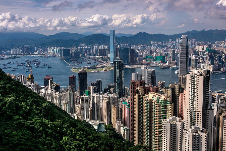 Пассажирский паром (в правом нижнем углу) направляется к острову Гонконг, 25 ноября 2016 года.