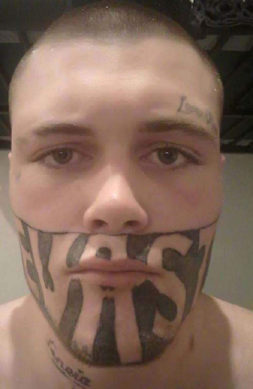 Но после завершения двухлетнего ареста за вооруженное ограбление татуировка осложнила жизнь Марку. Н