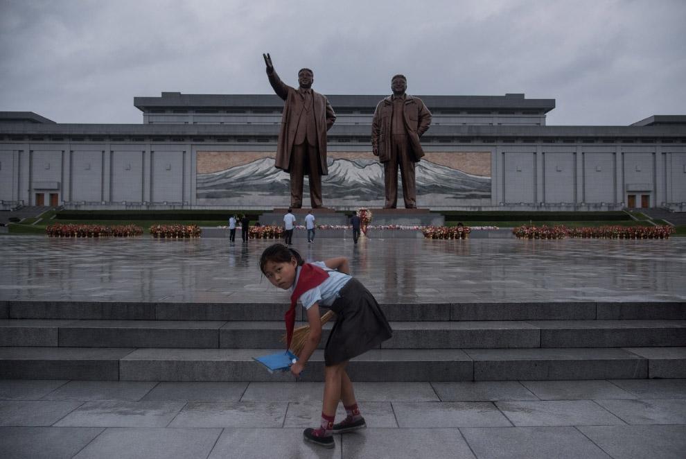 20. Снова портреты Ким Ир Сена и Ким Чен Ира.