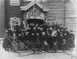Члены кружка перед лыжной вылазкой