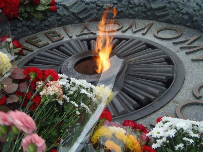 Русским дипломатам непозволяют возложить цветы к монументу Неизвестному солдату вКиеве