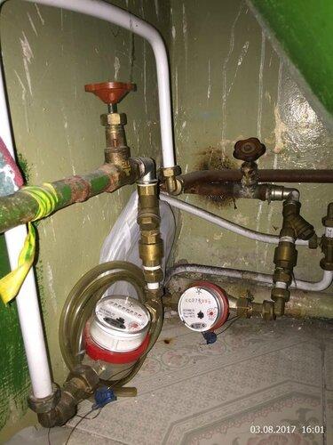 Под ванной водосчетчики спрятались
