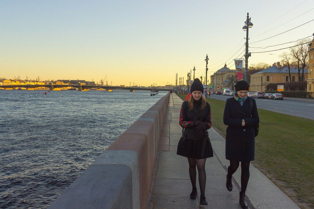 Университетская набережная. Река Нева. Вдалеке - Благовещенский мост. За мостом - Адмиралтейские верфи. Санкт-Петербург