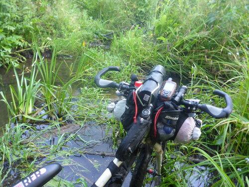 пешеходный участок по воде и траве на велогонке Тур Юнайт Tour Unite 1000 км