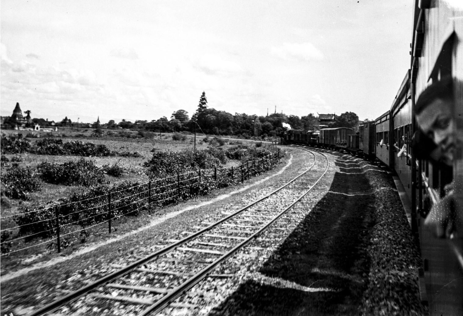1076. Железная дорога и рисовые поля в Аве