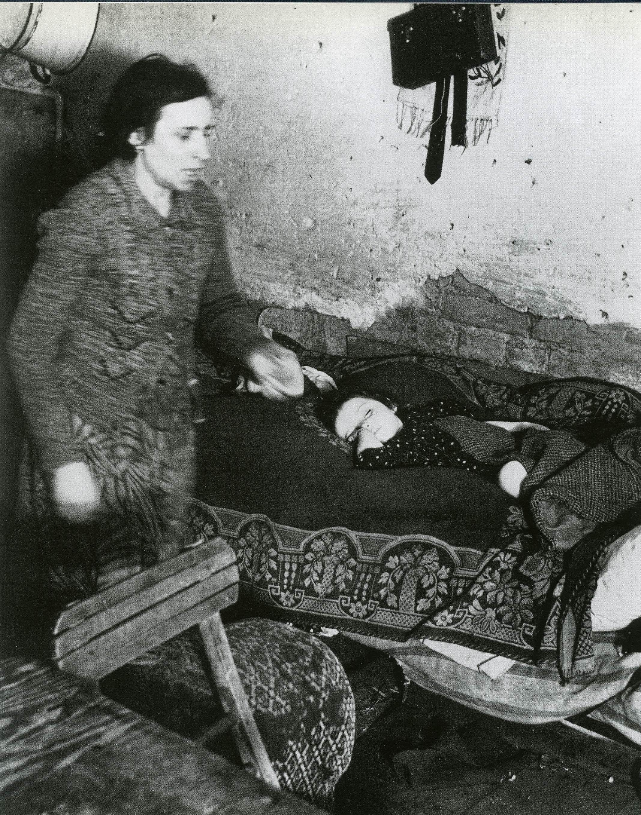 Мать и ребенок в подвальном жилище (фрагмент)