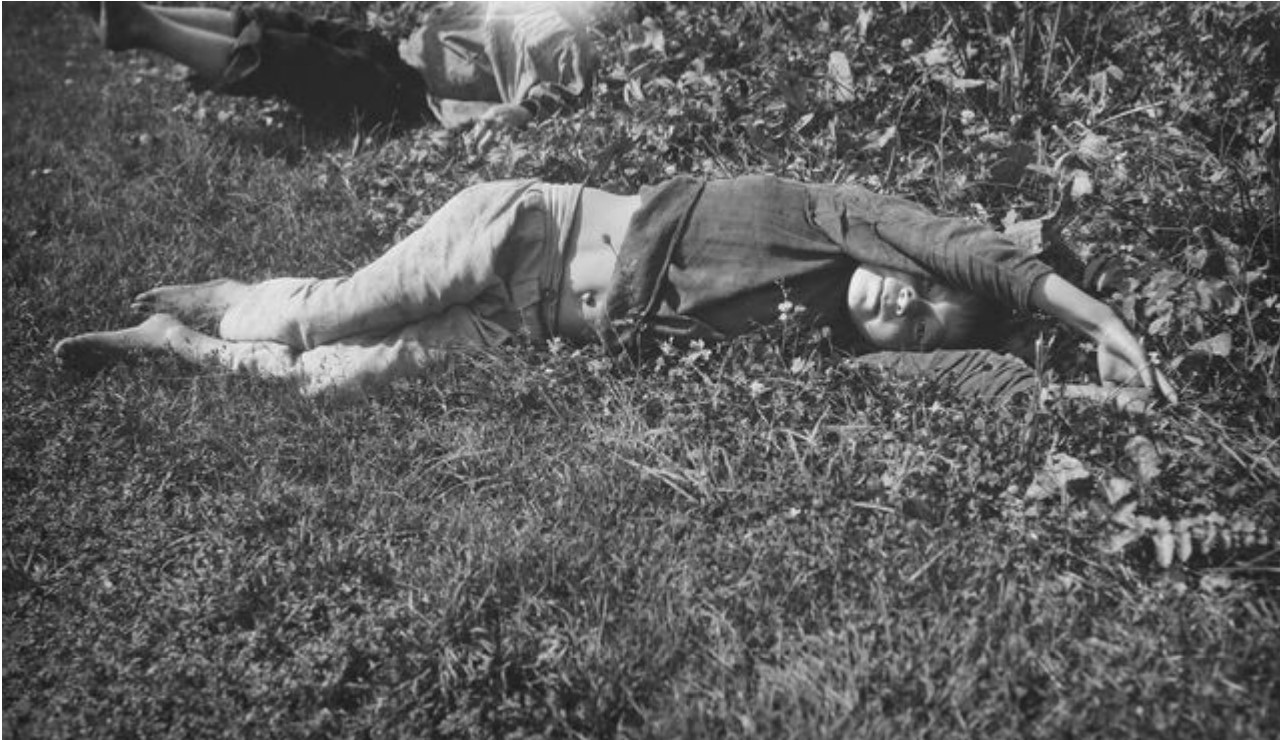 Старший сын шамана лежит в траве