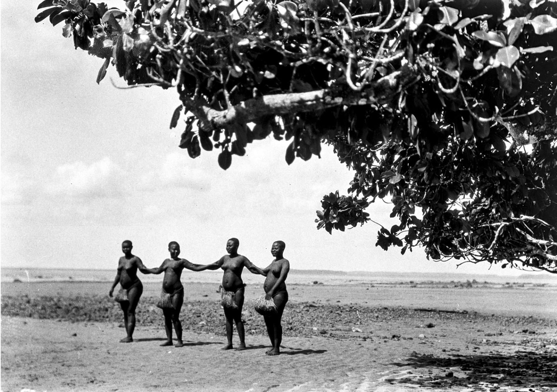 120. Народность онге. Группа женщин танцует на берегу