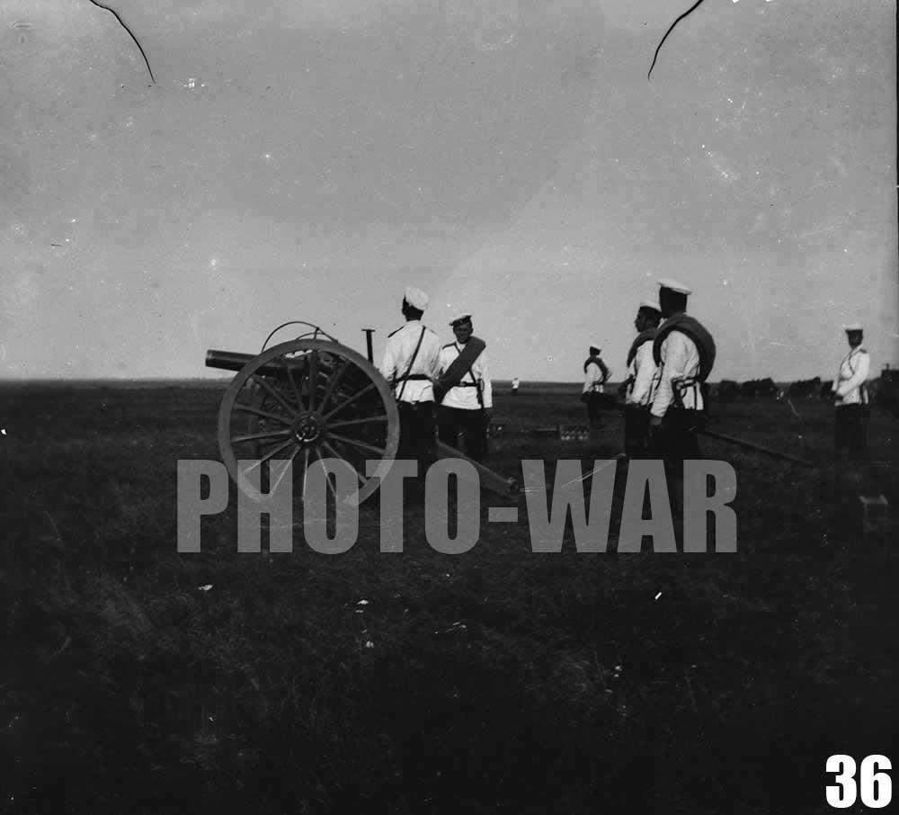 36. Номера расчета возле артиллерийского орудия на огневой позиции