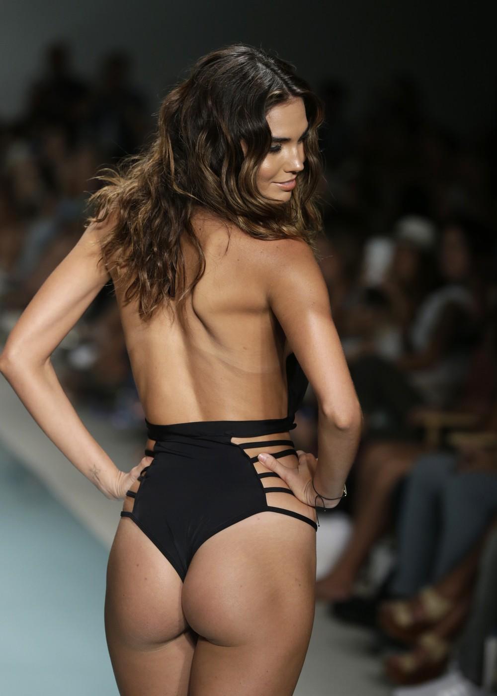 Показ купальников на Funkshion Fashion Week Miami Beach
