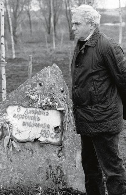У памятника Дивизии народного ополчения, в которой воевал. 1985 год, Ленинградская область