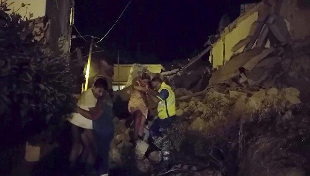 Из-под фрагментов  разрушенного землетрясением наострове Искья здания подняли двоих человек  СМИ