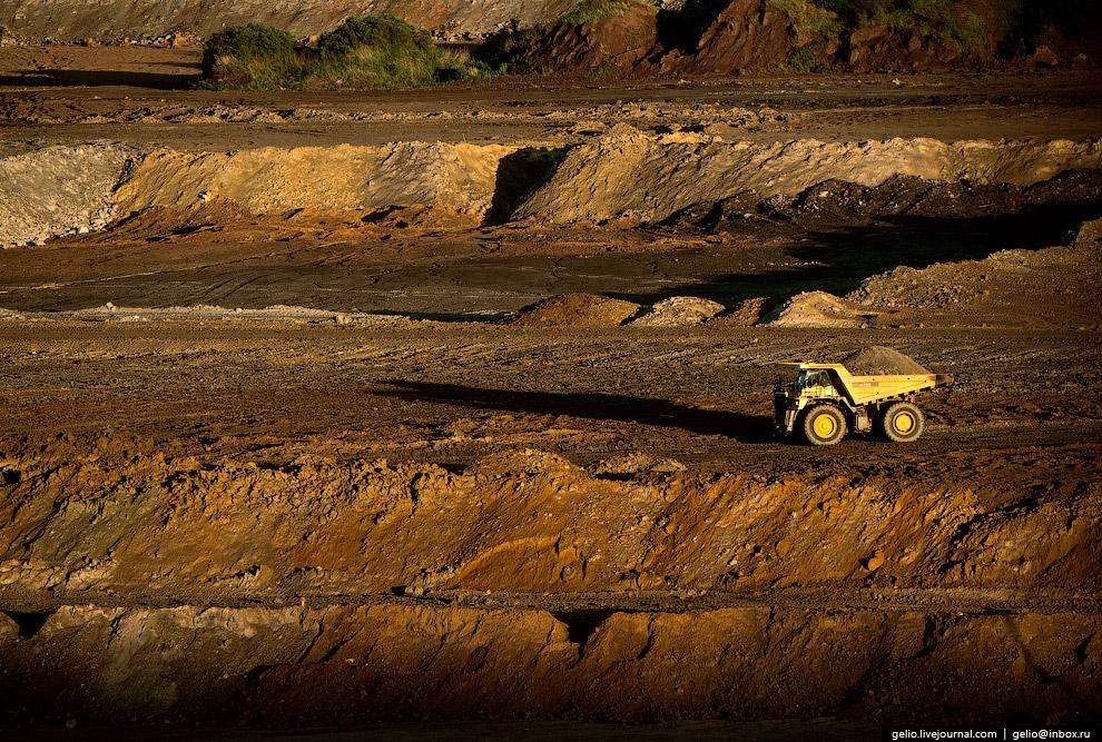 21. В кузов самосвала-гиганта помещается 90 тонн породы.