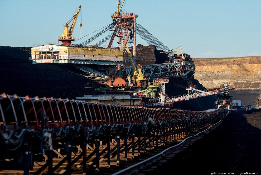 32. Добытый экскаватором в забое уголь выгружается на ленту транспортёра.