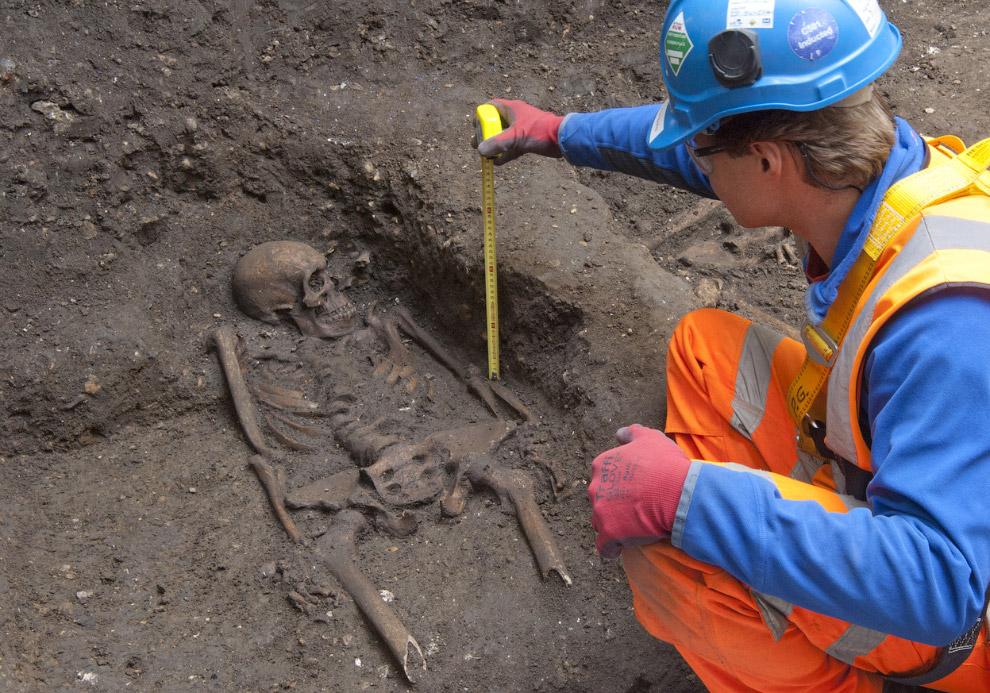 Кладбище 16 — 17-го веков. Раскопки на месте будущего вестибюля одной из станций Crossrail. (Фо
