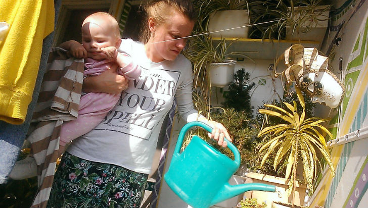После завтрака Василиса помогает мне ухаживать за садом на балконе.