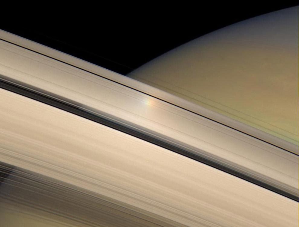 7. Япет — третий по величине спутник Сатурна и двадцать четвёртый по расстоянию от него из 62 и