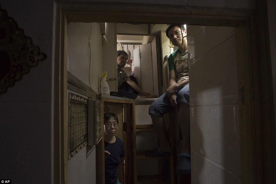 Как живут люди в гонконгских квартирах-гробах (15 фото)