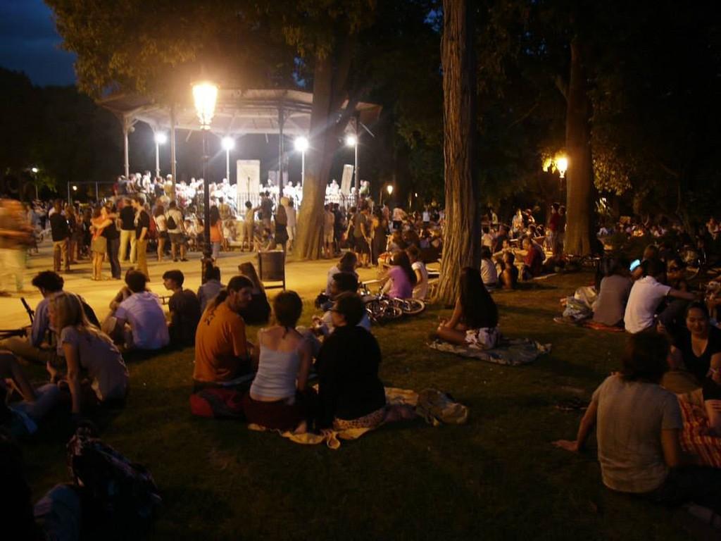 5. Теплыми вечерами послушать живую музыку в парках . Тоже бесплатно!