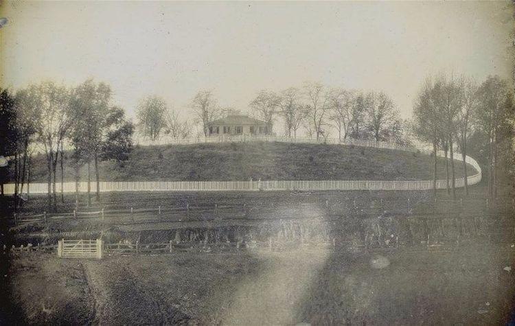 Афины, 1845 год. На фото справа запечатлён Афинский акрополь, а на фото слева – холм, но котором впо