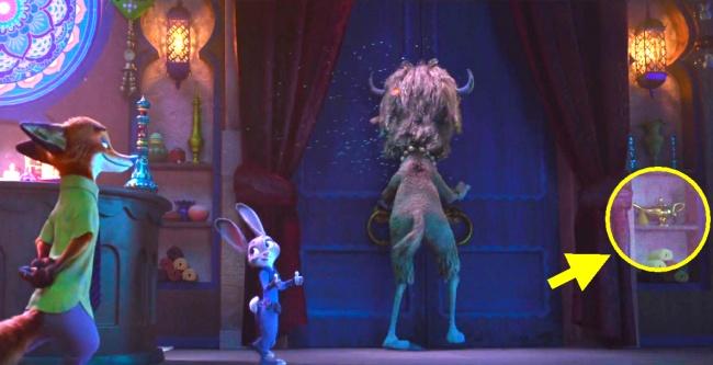 © Walt Disney  Когда Джуди приходит сНиком внудистский клуб, там наполке можно заметить зна