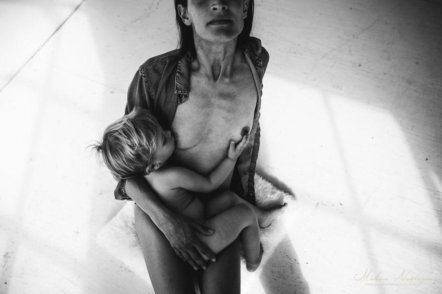 Фотограф снимает кормящих грудью матерей, и это очень красиво