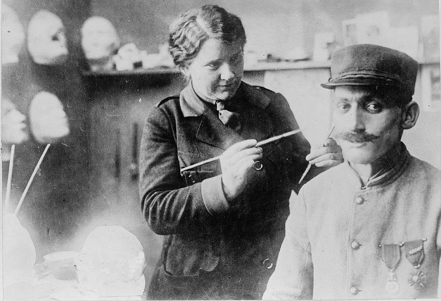 В начале XX века пластическая хирургия была далека от совершенства, однако существовала и альтернати