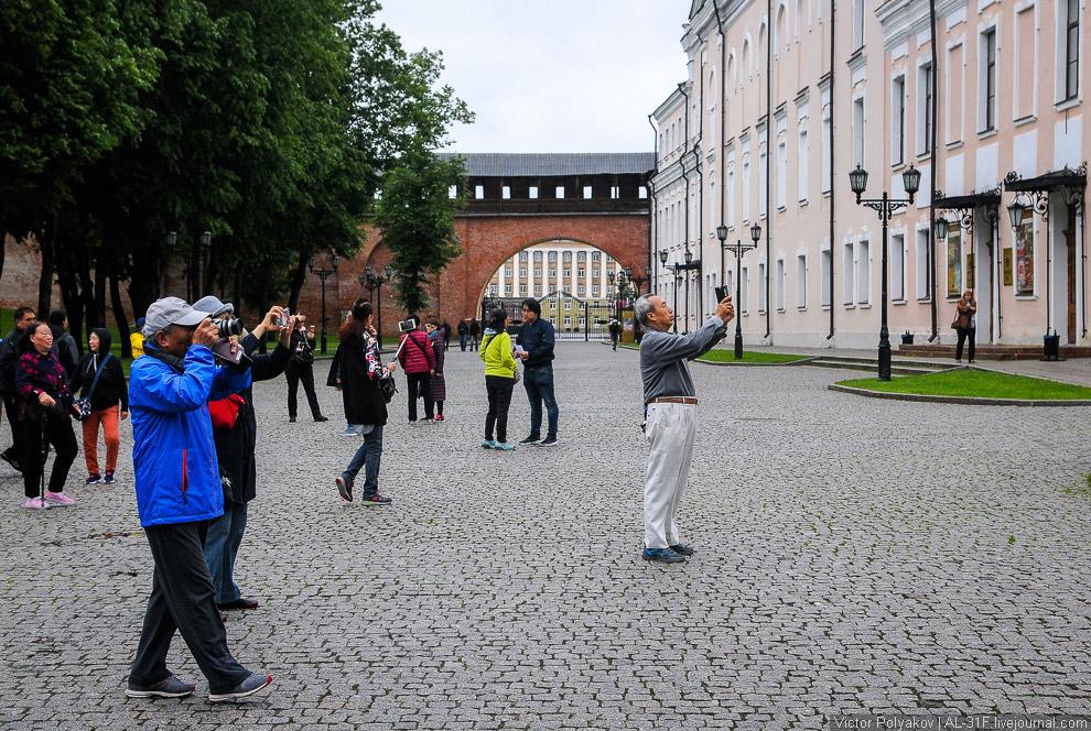 8. Новгородская София, в отличие от киевской и полоцкой, продолжает оставаться кафедральным соб