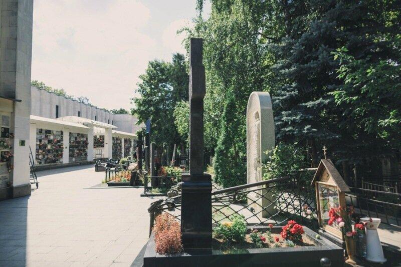 История камня надгробного памятника окуджаве ваганьковское кладбище купить памятник фото и цены минске