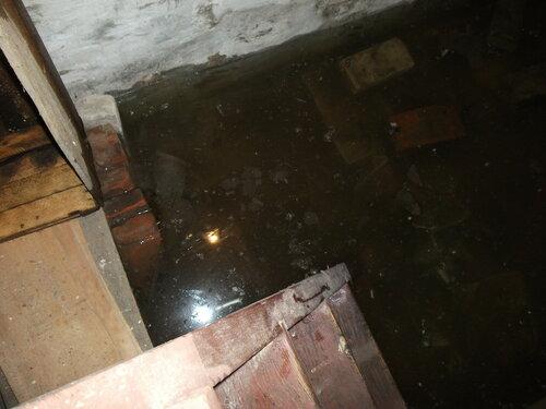 Лестница в воде