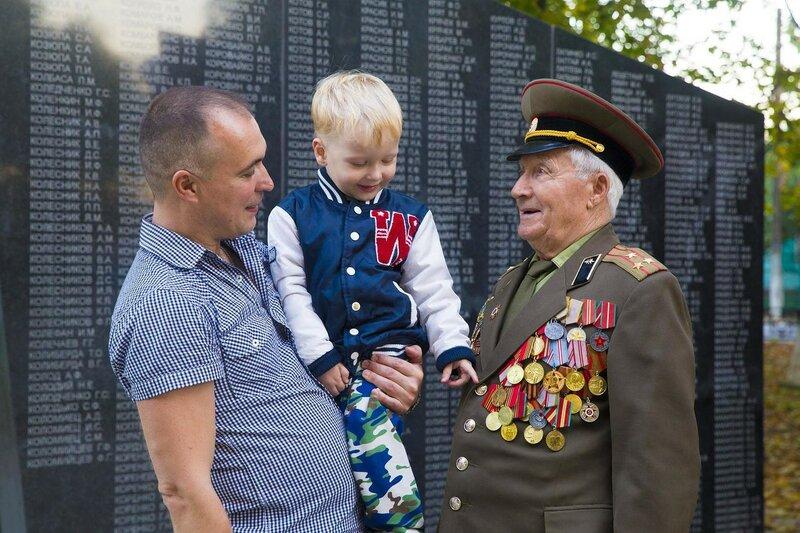 Вот это дедушка Георгий,столько наград ,восхищаются внук Геннадий и правнук Никита май 2016 г,