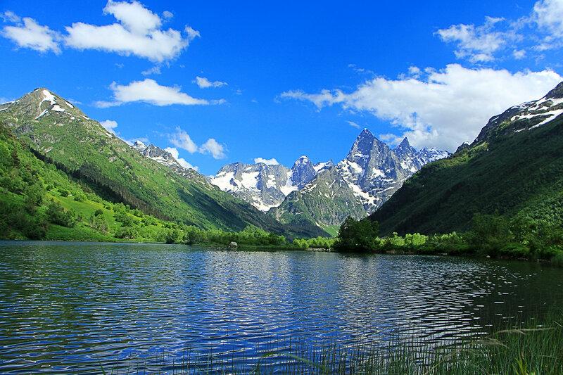 Здесь только гор немая красота...