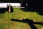 Игумен Меркурий (Иванов) идет на молебен перед началом строительства временного (малого) собора Христа Спасителя.