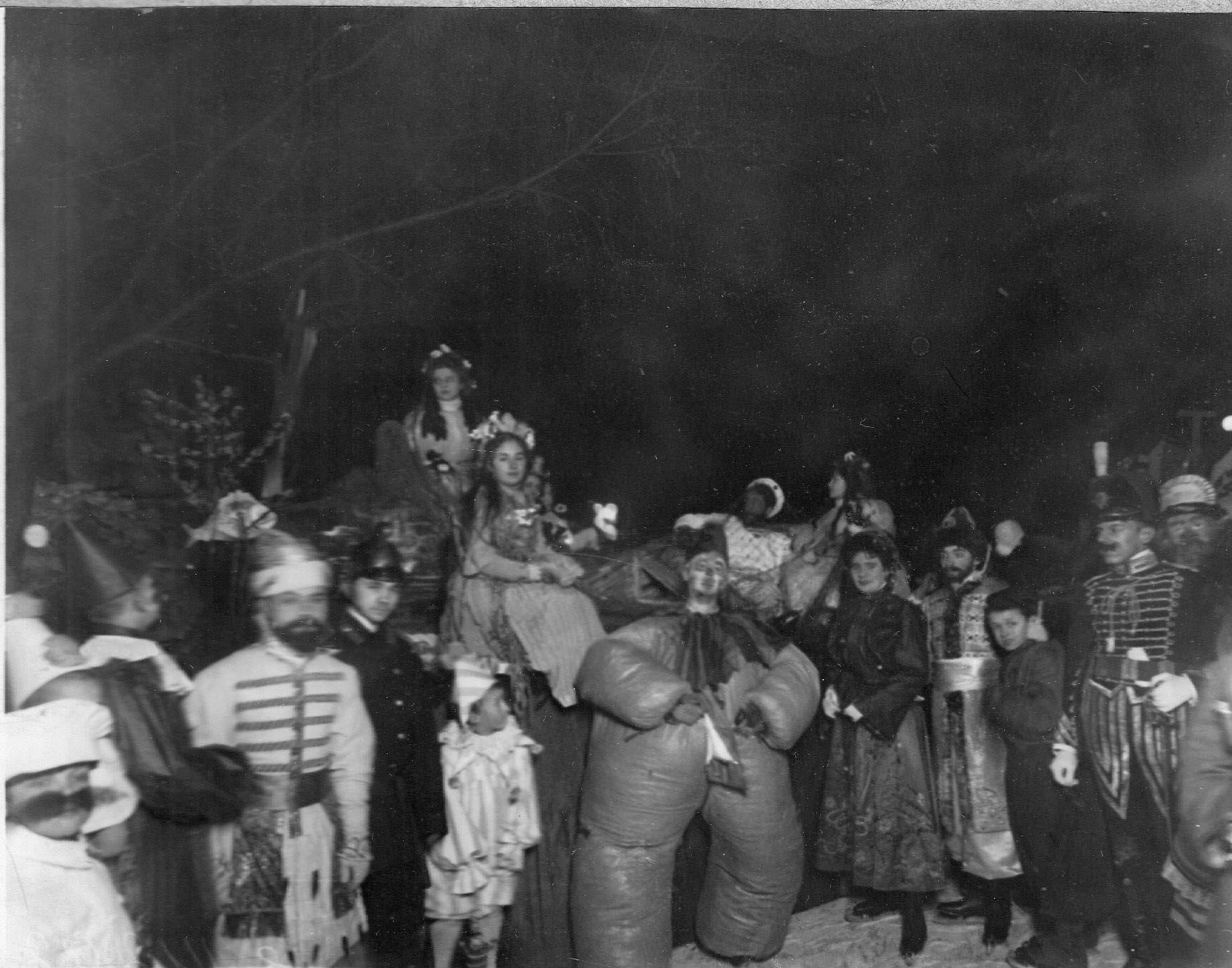 Группа участников карнавала на льду в карнавальных костюмах в Юсуповом саду