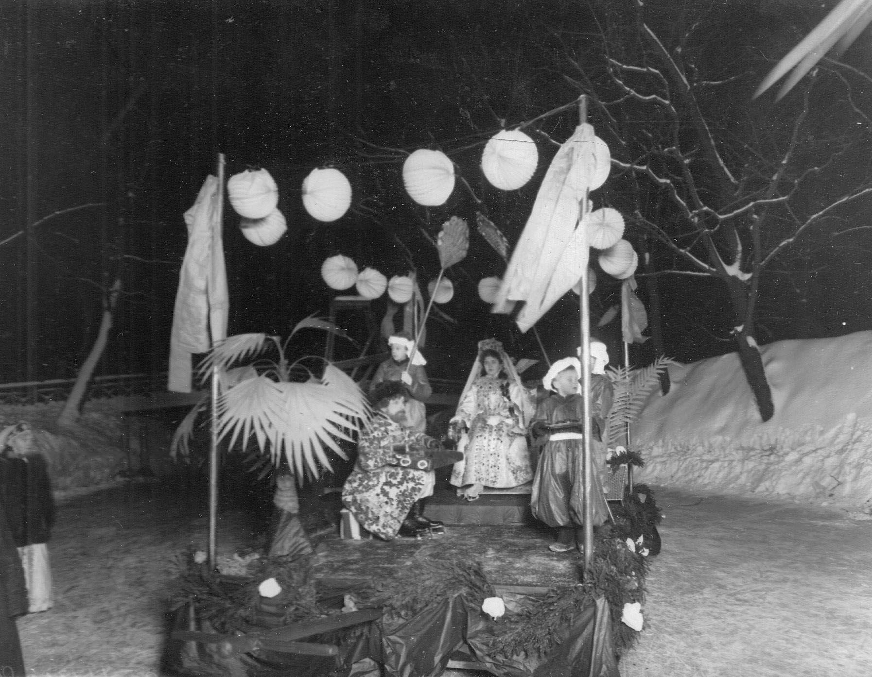 Группа участников карнавала в карнавальных костюмах