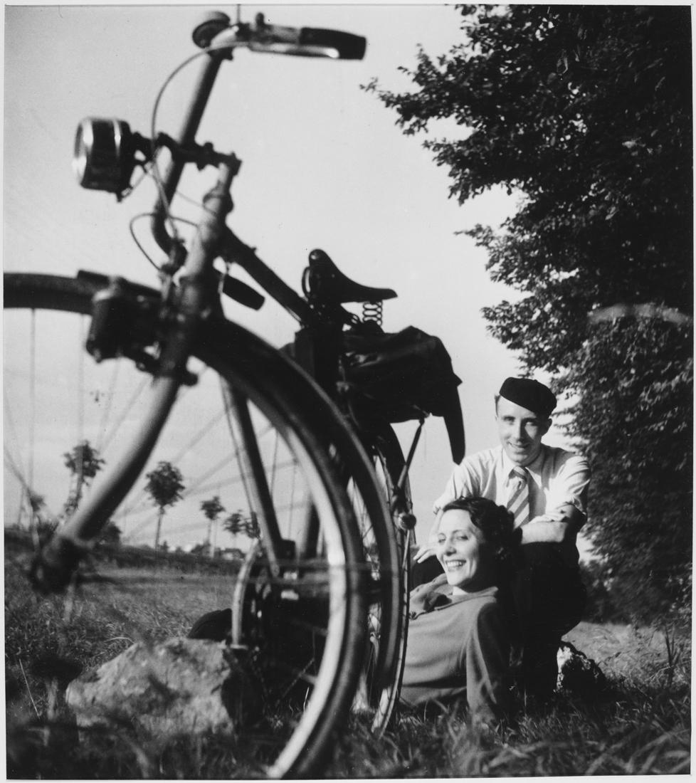 1937. Жанна и Жак близ Парижа