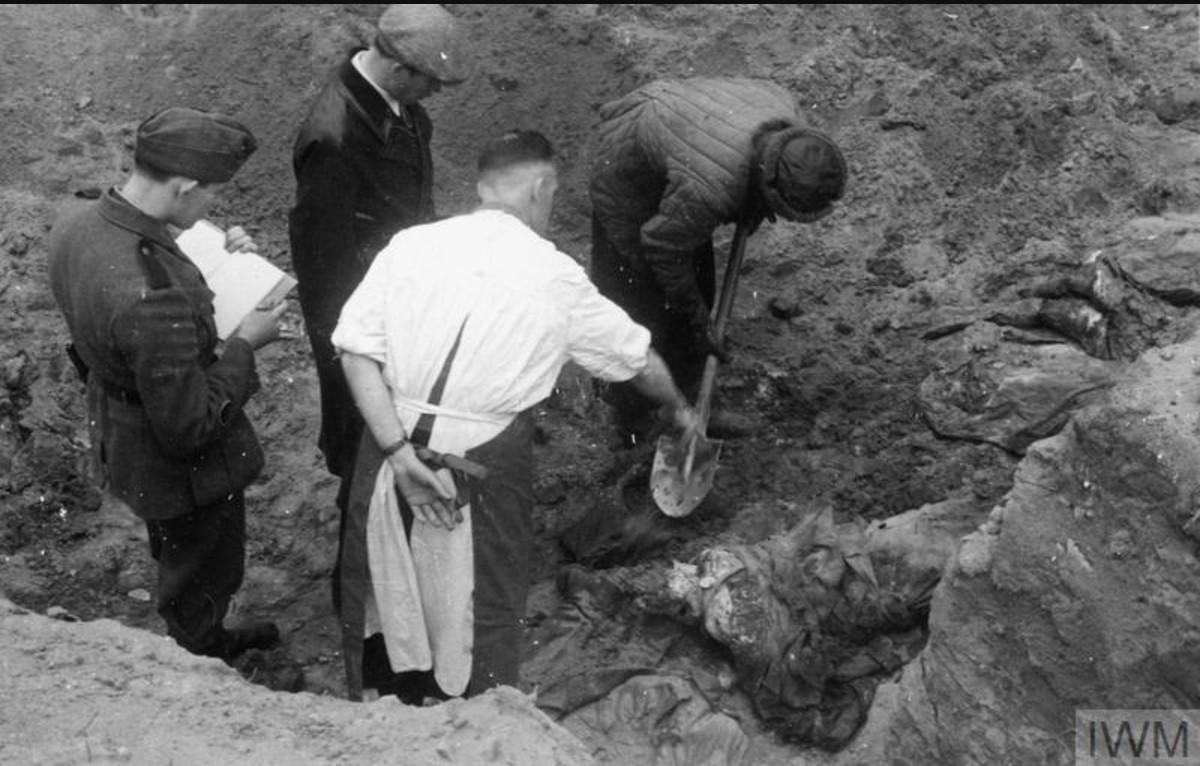 Один из членов Международной медицинской комиссии дает указания работнику, выкапывающему тела польских офицеров